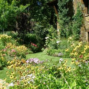 Idéer för mellanstora eklektiska trädgårdar i full sol på sommaren, med en trädgårdsgång och naturstensplattor