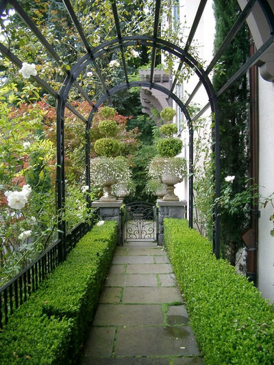 Traditional Garden by Koch Landscape Architecture