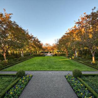 ダラスの巨大なトラディショナルスタイルのおしゃれな整形庭園 (砂利舗装) の写真
