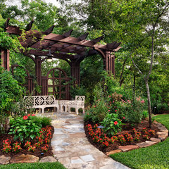 traditional landscape by JAUREGUI Architecture Interiors Construction
