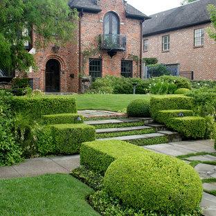 ヒューストンの広いトラディショナルスタイルのおしゃれな庭の写真
