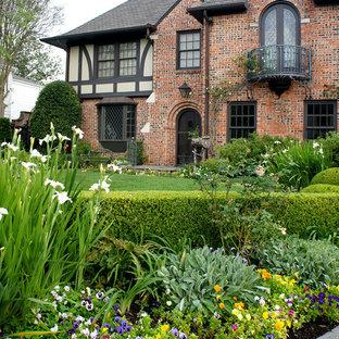 ヒューストンの大きいトラディショナルスタイルのおしゃれな庭の写真