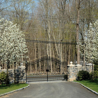 Design ideas for a mid-sized traditional front yard stone driveway in New York.