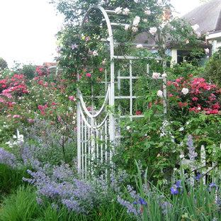 Esempio di un giardino vittoriano esposto in pieno sole davanti casa in primavera con un ingresso o sentiero