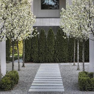 Cette image montre un très grand jardin latéral design au printemps avec des pavés en pierre naturelle, une entrée ou une allée de jardin et une exposition partiellement ombragée.