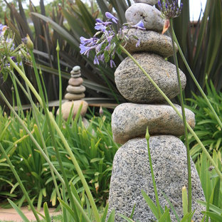 Design ideas for an eclectic landscaping in Los Angeles.