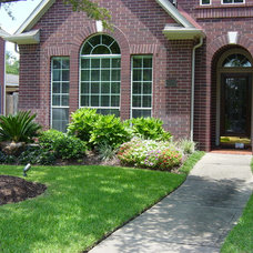 Traditional Landscape by Crenshaw Landscapes