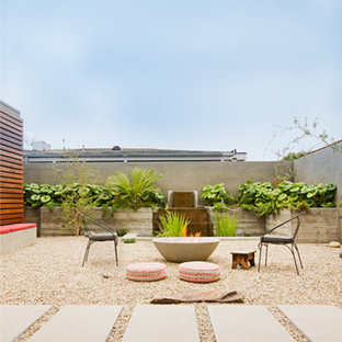 Inspiration for a midcentury modern courtyard water fountain landscape in Orange County.