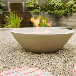 Design ideas for a mid-century modern courtyard landscaping in Orange County with a fire pit.