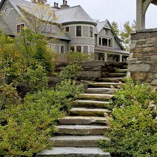 Новые идеи обустройства дома: участок и сад на боковом дворе в викторианском стиле с покрытием из каменной брусчатки
