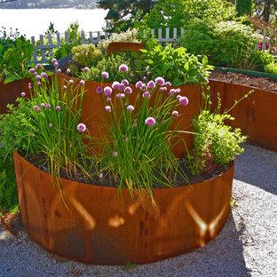На фото: участки и сады в стиле лофт с высокими грядками