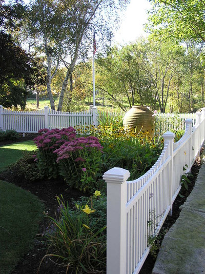 Traditional Garden by Woodburn & Company Landscape Architecture, LLC