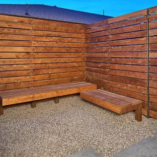 Idéer för en modern bakgård som tål torka, med en stödmur och grus