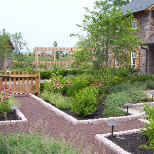 This is an example of a farmhouse gravel landscaping in Philadelphia.