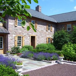 Modelo de jardín de estilo de casa de campo con adoquines de piedra natural