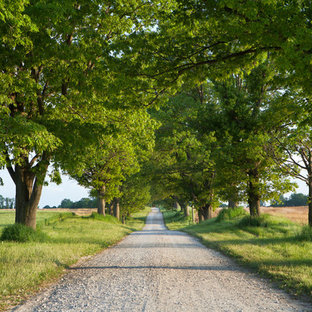 Photo of a huge farmhouse front yard gravel driveway in Baltimore.