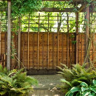 Modelo de jardín de secano, contemporáneo, de tamaño medio, en otoño, en patio lateral, con jardín vertical, exposición reducida al sol y adoquines de ladrillo