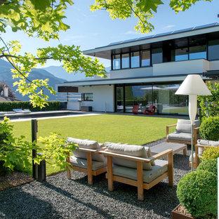 ボローニャの大きいコンテンポラリースタイルのおしゃれな前庭の写真