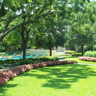 Design ideas for a traditional landscaping in Dallas.