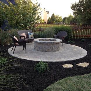 Exemple d'un petit jardin arrière tendance l'automne avec une exposition ensoleillée, des pavés en béton et un foyer extérieur.