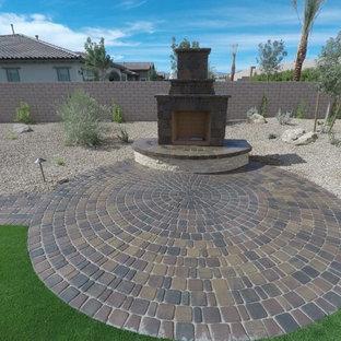 Großer Uriger Garten hinter dem Haus mit Kamin in Las Vegas