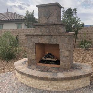 Großer Rustikaler Garten hinter dem Haus mit Kamin in Las Vegas