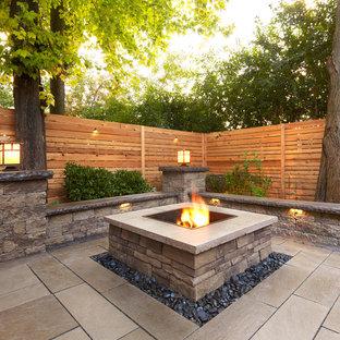 Exemple d'un jardin arrière chic de taille moyenne et l'été avec un foyer extérieur, une exposition ensoleillée et des pavés en pierre naturelle.