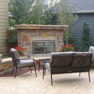 Garten hinter dem Haus, im Herbst mit Natursteinplatten und Kamin in Denver