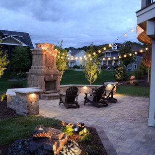 Mittelgroßer, Halbschattiger Klassischer Garten im Sommer, hinter dem Haus mit Kamin und Pflasterklinker in Minneapolis
