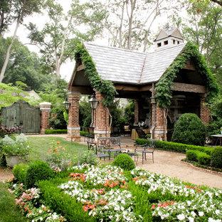 Inspiration för en mycket stor vintage trädgård i skuggan, med grus