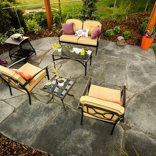 Diseño de jardín contemporáneo, en verano, en patio trasero, con exposición total al sol y adoquines de piedra natural