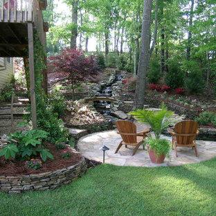Großer, Halbschattiger Asiatischer Hanggarten mit Gartenmauer und Natursteinplatten in Atlanta