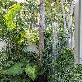 Ispirazione per un piccolo giardino tropicale esposto a mezz'ombra nel cortile laterale con fontane