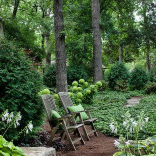 Schattiger Klassischer Garten hinter dem Haus mit Mulch in Chicago
