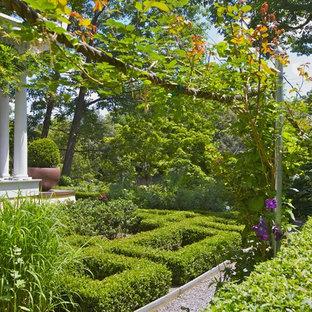 Geometrischer, Großer, Halbschattiger Klassischer Garten mit Gartenweg in New York