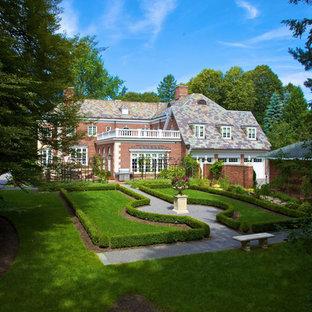 ニューヨークの中サイズの、夏のトラディショナルスタイルのおしゃれな庭 (庭への小道、半日向、砂利舗装) の写真
