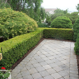 Design ideas for a traditional partial sun front yard concrete paver landscaping in Philadelphia for spring.