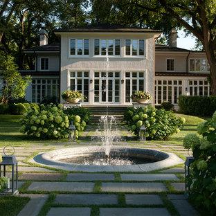 На фото: большой садовый фонтан на заднем дворе в классическом стиле с мощением тротуарной плиткой с