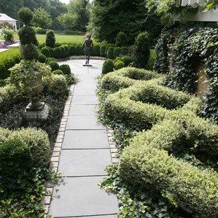 Ispirazione per un piccolo giardino formale tradizionale esposto a mezz'ombra nel cortile laterale con pavimentazioni in pietra naturale