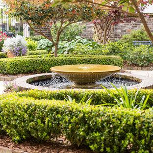 Geometrisches, Kleines Klassisches Garten im Innenhof mit Wasserspiel, direkter Sonneneinstrahlung und Pflasterklinker in Charleston