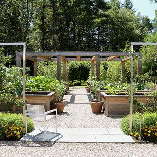 Создайте стильный интерьер: солнечный, геометрический, летний огород на участке на заднем дворе в стиле кантри с освещенностью и покрытием из гравием - последний тренд