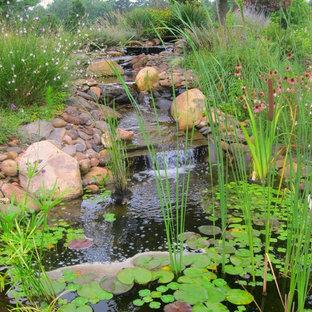 Klassischer Garten mit Wasserspiel in Charlotte