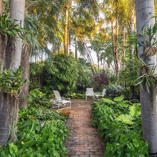 Mittelgroßer Kolonialstil Garten neben dem Haus mit Pflasterklinker in Miami