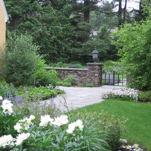 Diseño de jardín francés, tradicional, de tamaño medio, en primavera, en patio trasero, con exposición reducida al sol y adoquines de hormigón