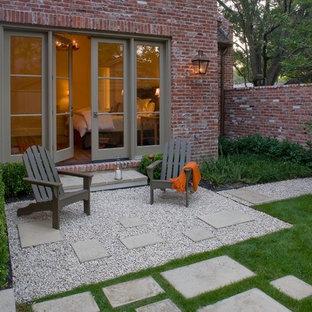 Aménagement d'un petit jardin moderne l'automne avec une exposition ensoleillée et du gravier.
