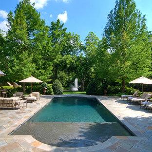 Diseño de jardín clásico, en patio trasero, con fuente