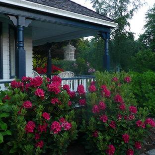 バンクーバーのヴィクトリアン調のおしゃれな庭 (砂利舗装) の写真