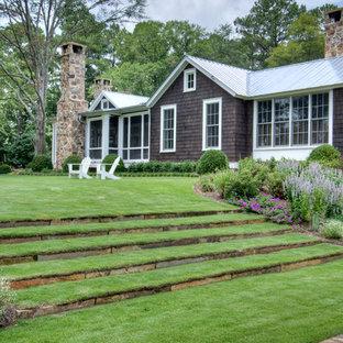 Идея дизайна: участок и сад на склоне в стиле кантри