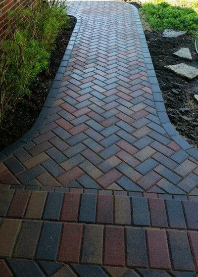 Traditional Garden by PaveStone Brick Paving Inc.