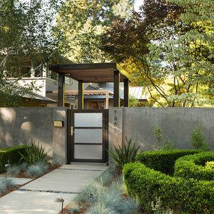 Неиссякаемый источник вдохновения для домашнего уюта: тенистый участок и сад в современном стиле с садовой дорожкой или калиткой